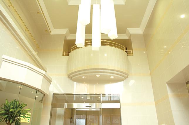 エントランス内は吹き抜けのホール。開放感溢れるスペースで皆様を温かくお迎えします。v 14階建ての会館の上層階からは都心の夜景を一望することができます。<br> また、全居室東向きですので、日当たりも良好です。<br> ※全室Wi-Fi対応