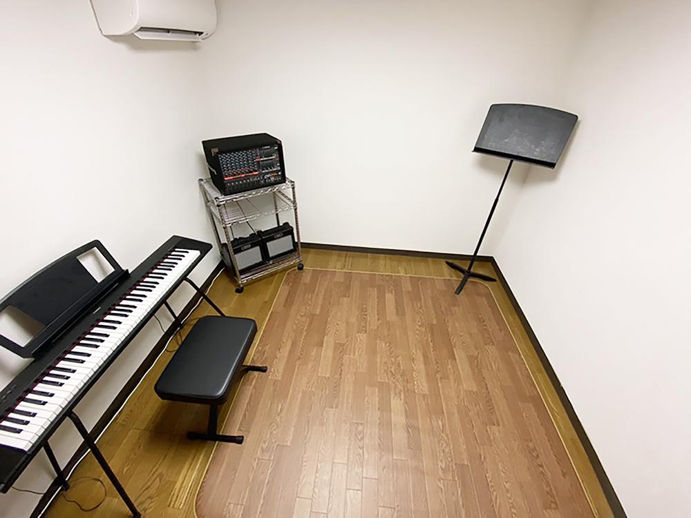 サウンドプルーフルーム(防音室)設備<br> 気兼ねなく楽器が演奏できます。<br> 防音効果ばっちりのサウンドプルーフルームで、思いっきり演奏をお楽しみ下さい。<br> 音楽系の学校に通われる方々や趣味で楽器好きな方々にオススメのスキルアップスペースです。