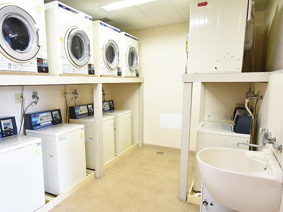 コインランドリー完備<br> ランドリーコーナーでしっかり洗濯。<br> 乾燥機が使えるから、雨の日でもしっかりお洗濯していただけます。