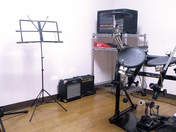 サウンドプルーフルーム(防音室)設備<br> 気兼ねなく楽器が演奏できます。<br> 防音効果ばっちりのサウンドプルーフルームで、思いっきり演奏をお楽しみ下さい。
