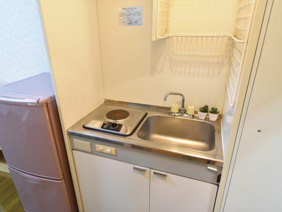 居室にミニキッチンとシャワールーム設置<br> 休日には自分でお料理を。居室内にミニキッチンがあるので、気兼ねなくいつでも作れます。広々したロフトと、とっても便利なプライベートシャワーも備えてあります。