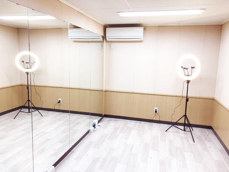 マルチスタジオルーム<br> 鏡のある部屋で、ダンス練習、演技練習、動画撮影など、周りを気にせずに練習ができます。その他にも歌や楽器&ピアノ(防音)の練習など様々な練習スペースとしてご利用いただけます。
