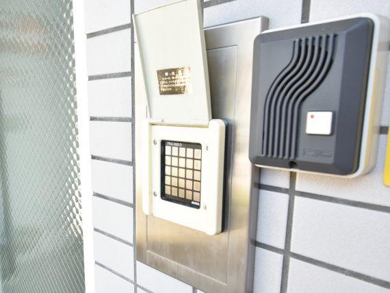 玄関オートロック機能付<br> 玄関はオートロック。関係者以外は立ち入りできない安心の環境。<br> 学校に行っている間の郵便物は、会館責任者がかわりに受け取ってくれるので安心です。