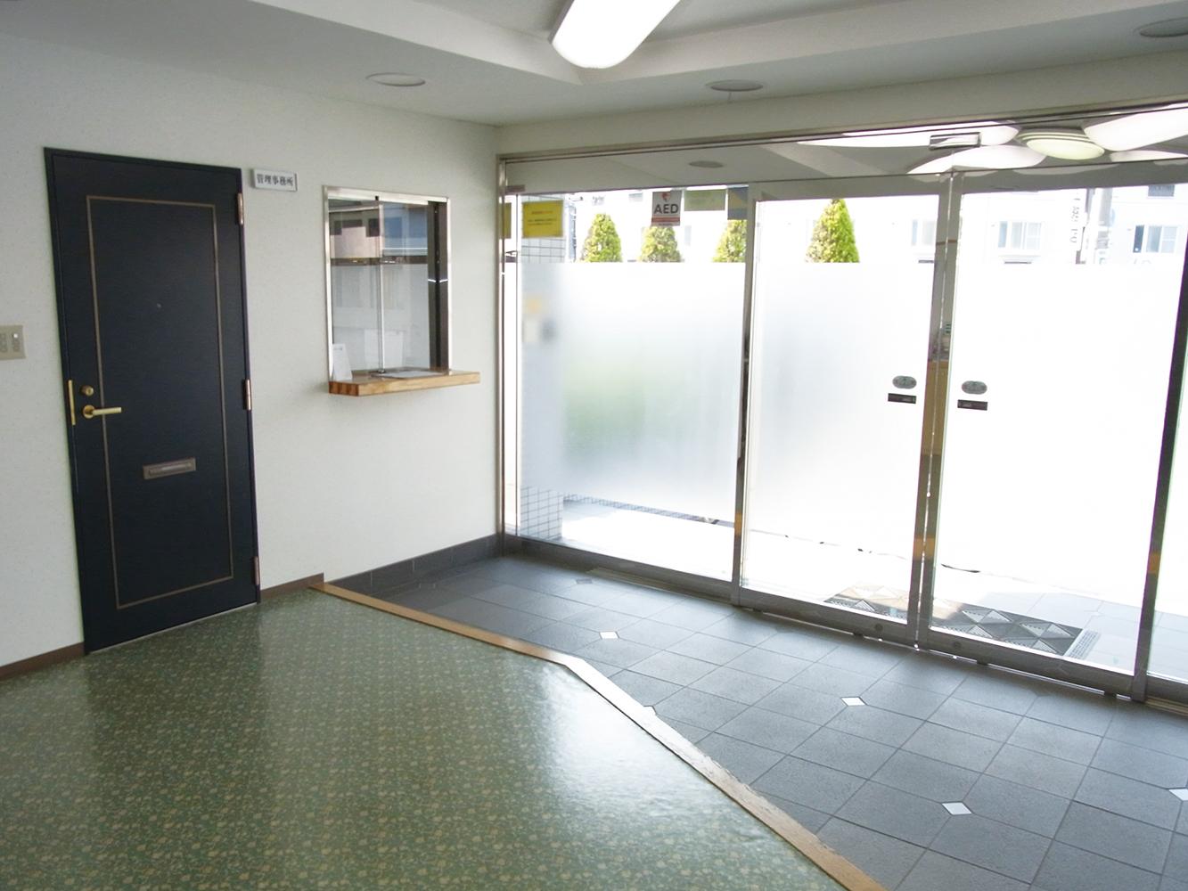 セキュリティ<br> 会館責任者が24時間常駐しています。 玄関はテンキーシステムを採用し、不審者をシャットアウトします。 定期的に警備員が夜間巡回を実施しておりますので、安心して生活していただけます。