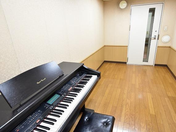 サウンドプルーフルーム(防音室)設備<br> 気兼ねなく楽器が演奏できる、憧れの空間。<br> 防音効果ばっちりのサウンドプルーフルームで思いっきり演奏を楽しんでいただけます。