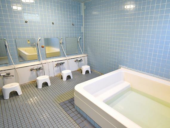 シャワーコーナーがある清潔お風呂<br> 併設のシャワーコーナーがご利用いただけます。<br> 共用部分は専門のスタッフが清掃していますので、いつでも清潔です。