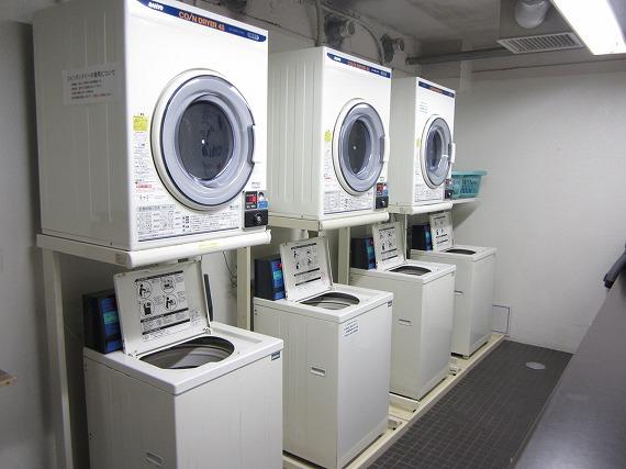 コインランドリー完備<br> ランドリーコーナーでしっかりお洗濯。乾燥機が使えるので、雨の日も心配もありません。清潔な毎日を過ごしていただけます。