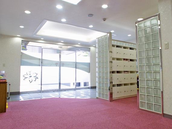 玄関オートロック機能付き<br> 玄関はオートロック。関係者以外は立ち入りできない安心の環境。<br> 学校に行っている間も、宅配便や郵便物は会館責任者が代わりに受け取ってくれるので安心です。
