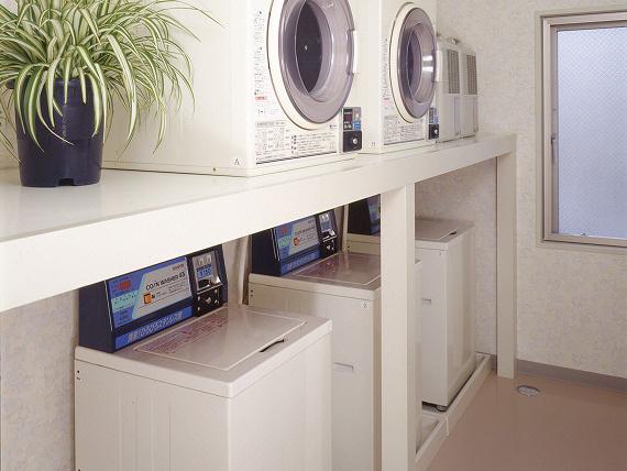 コインランドリー完備<br> ランドリーコーナーでしっかり洗濯。乾燥機が使えるので、雨の日でも安心してお洗濯していただけます。